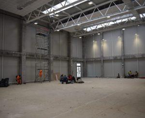 In der Sporthalle fehlt nur noch der Boden.